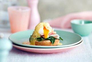 Vejce Benedikt: Postup přípravy královské snídaně, kterou si zamiloval celý svět