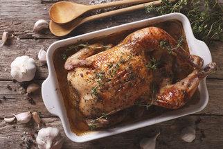 Jak upéct kuře s bylinkami? Zkuste jarní recepty s nádivkou, citronem a česnekem nebo chilli papričkami