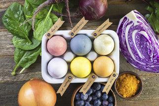 Přírodní barvení vajíček cibulí, červenou řepou i borůvkami: Zkuste to letos bez chemie!