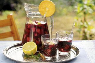 Sangria dodá letní party šmrnc: Zkuste tradiční recept i verzi bez alkoholu
