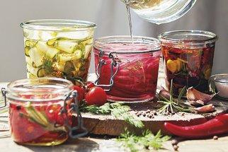 Není to jen o okurkách: Nakládané cukety, rajčátka nebo sladkokyselá červená cibule hrají letos prim