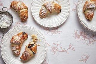 Voňavé nedělní odpoledne s babiččinými recepty: Kynuté rohlíčky s povidly, hraběnčiny řezy i bábovka