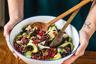 Zdravá jídla, která zahřejí a zasytí: Špízy s pistáciemi, salát s fazolemi i sladký chlebíček s kokosovou šlehačkou