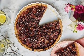 Valentýnské dezerty z redakční kuchyně: Zahřejte u srdce pekanovým koláčem s čokoládou nebo dortem se slaným karamelem