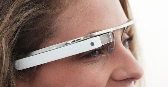 Zahoďte mobily. Google představil brýle, které propojí svět s kyberprostorem