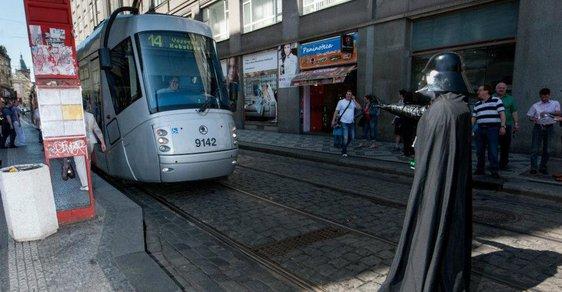 Jak zastavit tramvaj? Jedině temnou stranou Síly. Postavy z Hvězdných válek procházely Prahou