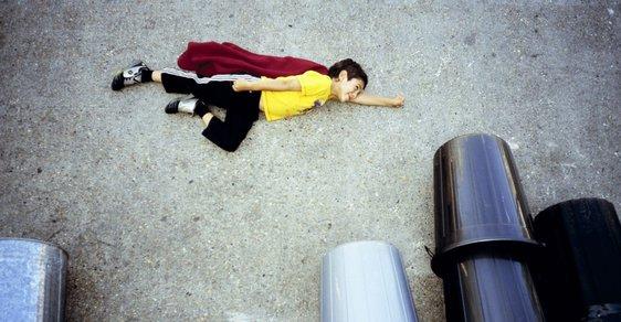 Superman na ulici. Fotograf vytváří na asfaltu snímky jako vystřižené ze slavných filmů