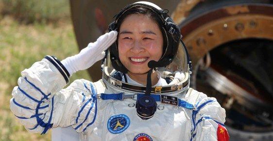 thaikonautka Liu Yang po návratu Shenzhou-9 na Zemi