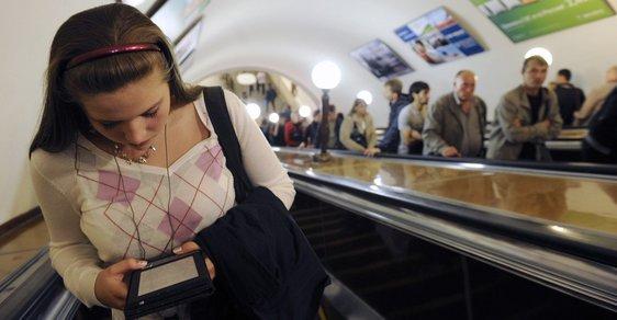 Dívka si čte elektronickou knihu