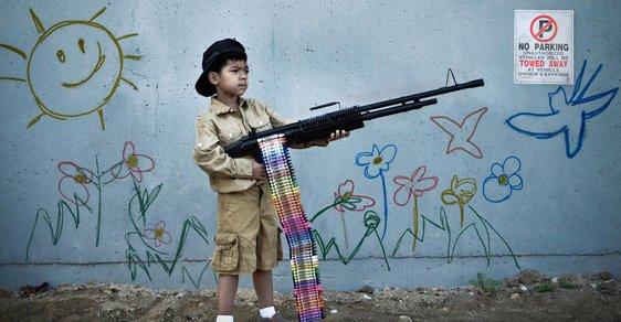 Dětský voják a policista s kokainem. Britský fotograf oživil další slavné výtvory Banksyho