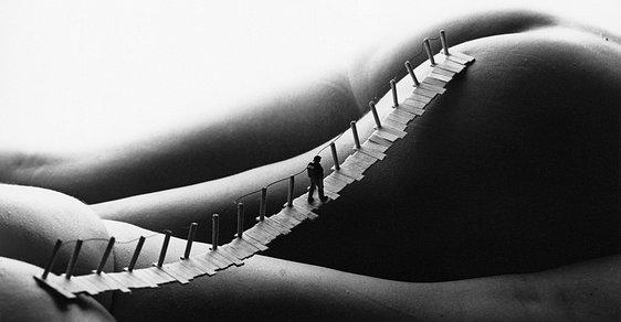 """Most na ženských tělech. Když fotí nahé """"krajinky"""" sociální psycholog"""