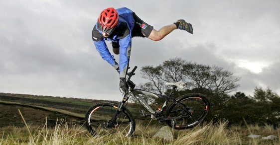 Hrůzné statistiky nehod cyklistů. Vážně chcete jezdit bez helmy?
