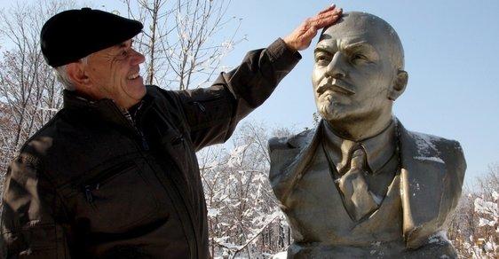 Místo okrasných keřů sochy sovětských pohlavárů. Ruský vesničan má podivný smysl pro výzdobu zahrady