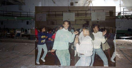 Škola duchů. Detroitští fotografové překryli snímky zaprášených tříd fotkami plnými života