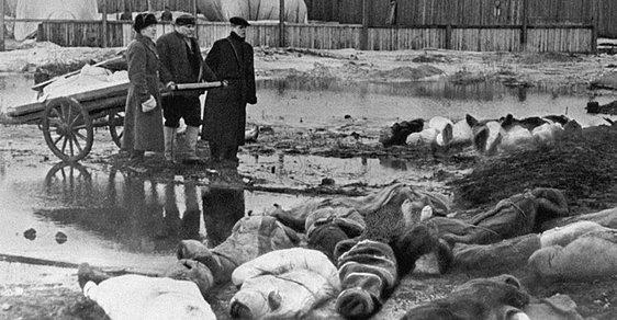 Během obléhání Leningradu zemřelo přes milión obyvatel. Lidé trpěli hladem, za kanibalismus se střílelo