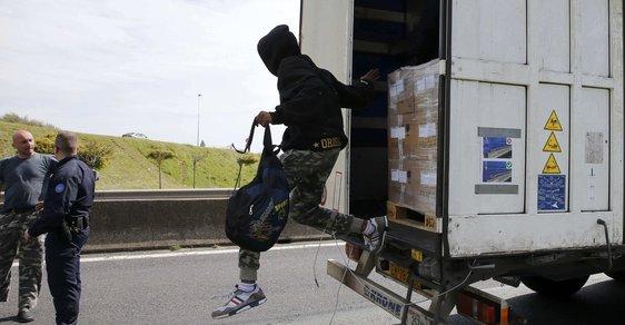 Uprchlíci se schovali v náklaďáku - ilustrační foto