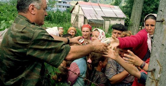Vraždění předcházelo rozdávání úsměvů a čokolád. Před 25 lety proběhl Srebrenický masakr