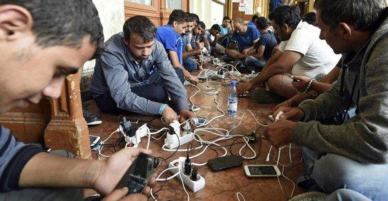 Uprchlíkům usnadňují cestu chytré telefony