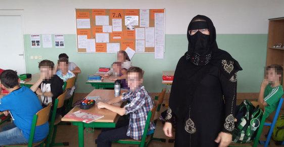 Výuka islámu v rámci dějepisu. Sedmáci a škola hrou v podání jejich vyučující. Všichni rodiče pro to pochopení neměli.
