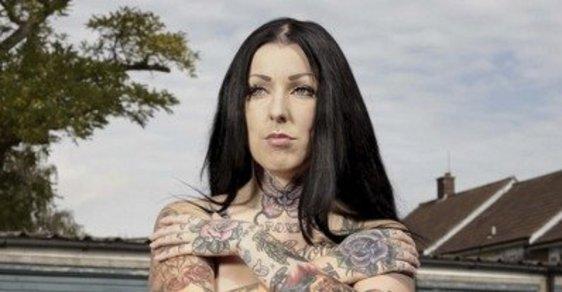 Je přirozenější tetování nebo oblek, ptá se britský fotograf