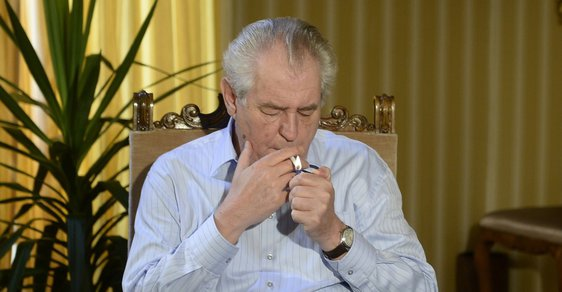 Prezident Miloš Zeman kouří na zámku v Lánech, ale i na cestách