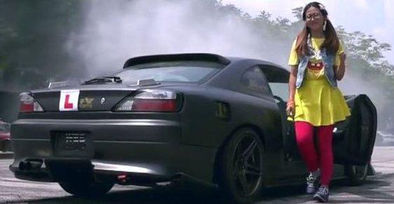 Blbka zničí lektory autoškoly. Rychle a zběsile