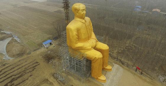 Zlatý Mao trumfnul Stalina. Čtyřicetimetrová socha se** v polích