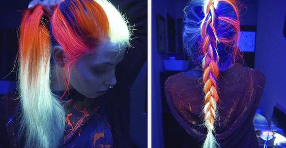 Fascinující neonové vlasy jsou jako z jiného světa