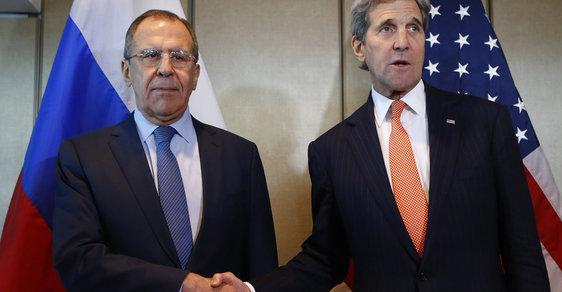 Ministři zahraničí Lavrov a Kerry dohodu stvrdili upřímným rukotřasem...