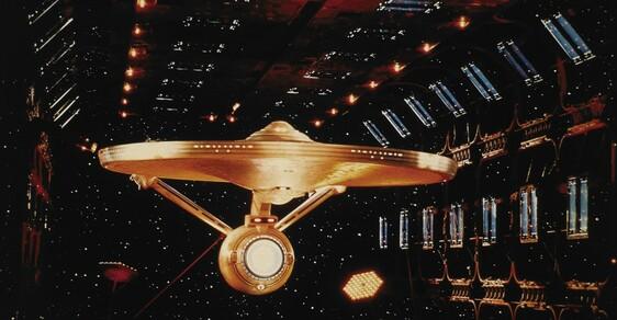 Dost bylo filmů, Enterprise se vrací na televizní obrazovky.