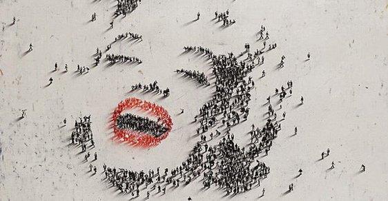 """Místo tužky člověk. Američan """"kreslí"""" portréty osobností lidmi"""