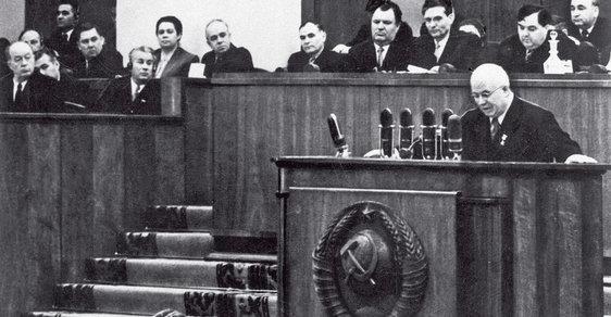 Nikita sergejevič chruščov právě pronáší slova,  která otřesou světem