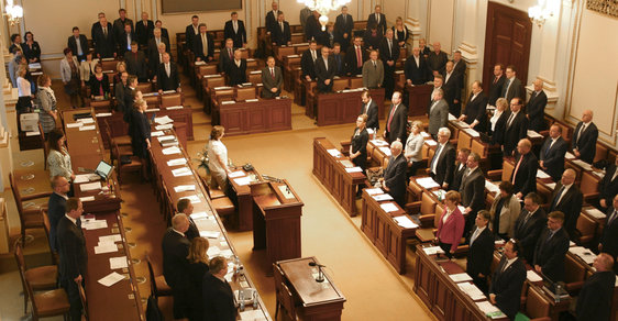 Sněmovní schůze začala minutou ticha za zabité v Bruselu.