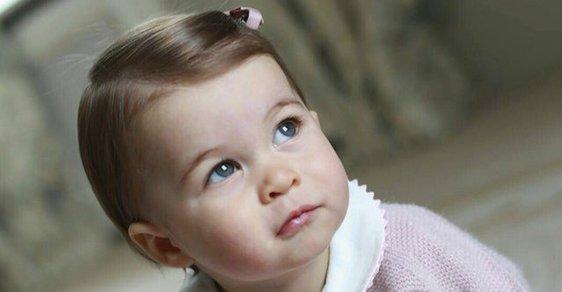 Vévodkyně Kate zveřejnila fotky své dcery. Charlotte je podobná prababičce