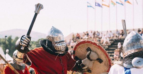 Svalovci, co se po hlavách řežou sekyrami. V Praze začne mistrovství světa ve středověkém boji