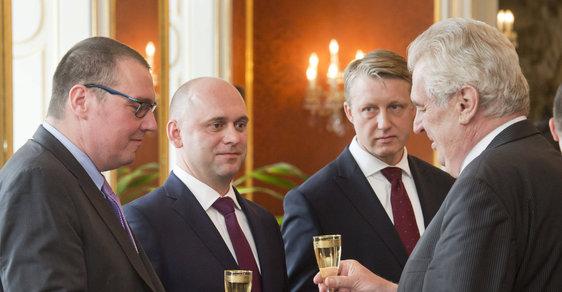Uprostřed dva noví členové rady ČNB. Miroslav Singer (vlevo) jim dlouho šéfovat nebude.
