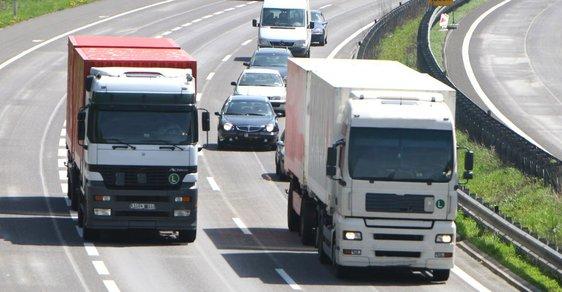 Předjíždění kamionů mezi sebou lidi rozčiluje. Podle experta na nákladní dopravu ale nemají jinou možnost.