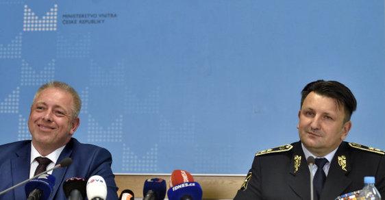 Ministr vnitra Milan Chovanec (vlevo) dnes podepsal kritizovanou policejní reformu. Na snímku s policejním prezidentem Tomášem Tuhým.