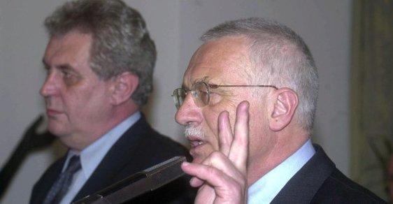 Uzavření Opoziční smlouvy mezi ČSSD a ODS v létě 1998 bylo jedním z nekritizovanějších mocenských handlů v novodobých dějinách země. (Na snímku tehdejší předsedové stran Miloš Zeman a Václav Klaus)