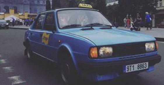 Modrá Škoda 150 L jménem Margaret.