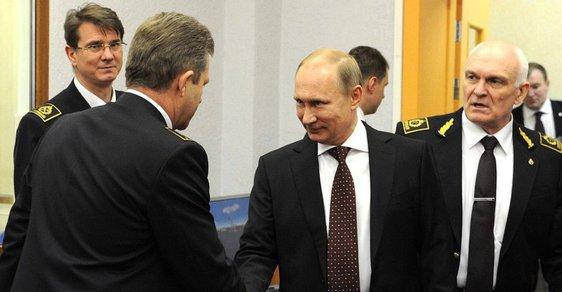 Ne každý Rus chudne. Třeba rektor Vladimir Litviněnko (vpravo).