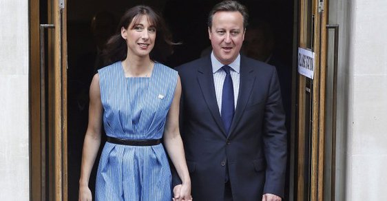 """Síly stoupenců a odpůrců """"brexitu"""" jsou vyrovnané. Na snímku britský premiér David Cameron s manželkou Samanthou opouští volební místnost."""