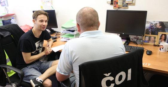 Pan Jan (31) pracuje pro ČOI už sedm let. Kancelář má plnou padělků.
