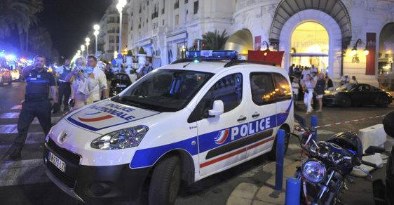 Při útoku v Nice zemřelo 77 lidí, francouzský prezident Hollande viní teroristy.