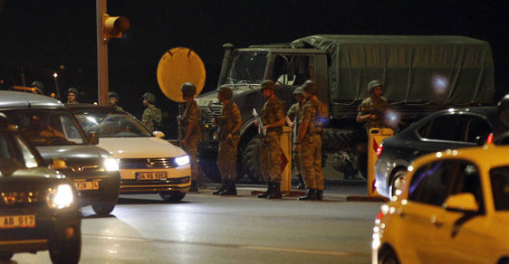 Turecko čelí podle premiéra Binaliho Yildirima vojenskému puči.