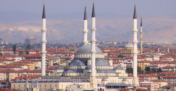 Na devadesát dnes vzrostl počet obětí pokusu části turecké armády o státní převrat.