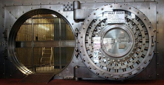 Tuzemské banky mají přebytek peněz a klesají jim zisky. O to více do lidí cpou svoje produkty (ilustrační foto).