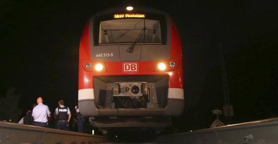 Nejméně patnáct lidí zranil sekáním sekerou sedmnáctiletý afgánský uprchlík ve vlaku v Bavorsku v noci na úterý.