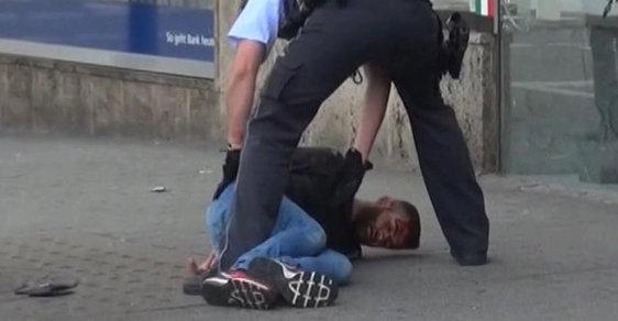 Syrský žadatel o azyl dnes na jihu Německa zabil mačetou ženu a další dvě osoby zranil.