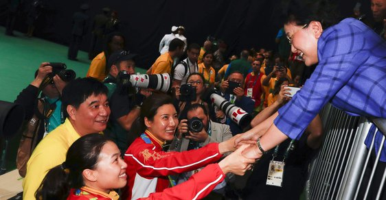 """Je to spiknutí! Křičí Číňané, kterým někdo v Riu """"pohnul"""" hvězdičkami na jejich vlajce"""